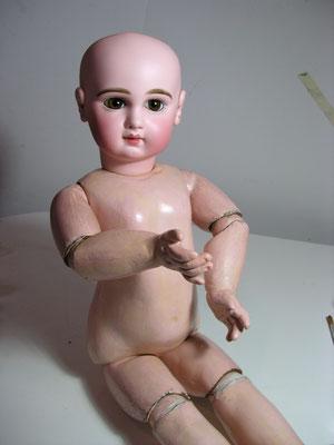 Réparation d'une poupée ancienne