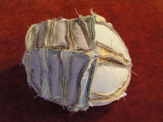 Corps cousu à l'envers : détail des pièces de tissu, velours et mohair