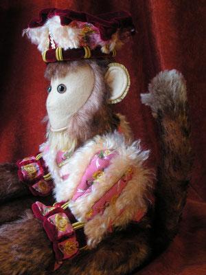 Erudit, Grand Singe à la cour du Roy, est composé de 220 pièces de mohair, feutre, velours de soie et soies venant de chez Tassinari & Chatel à Lyon, cousues à la main.