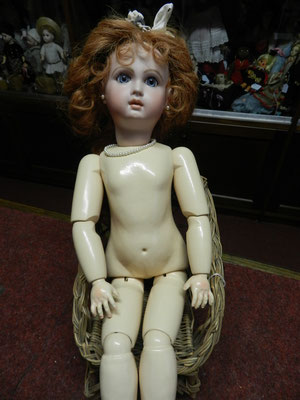 Poupée moderne, copie d'une poupée ancienne, restaurée