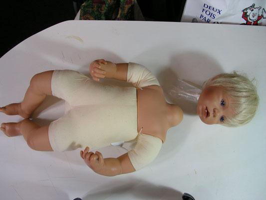 Réparation d'une poupée en plastique