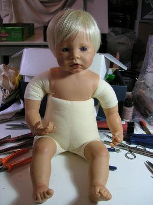 Réparation d'une poupée d'artiste contemporain