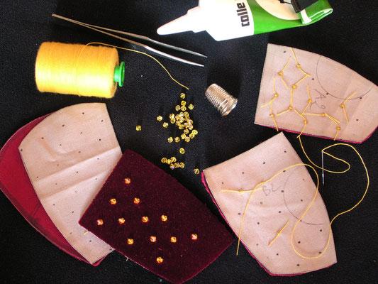 Couture des cristaux de Daniel Swarowsky sur une pièce de velours de soie