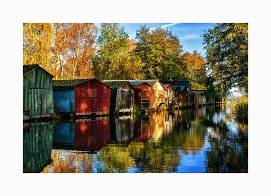 Bootshäuser -  Die farbenfrohen Bootshäuser befinden sich im Naturhafen von Wustrow. Bildgröße: 30 x 45 cm       Bildnummer:   002/ N