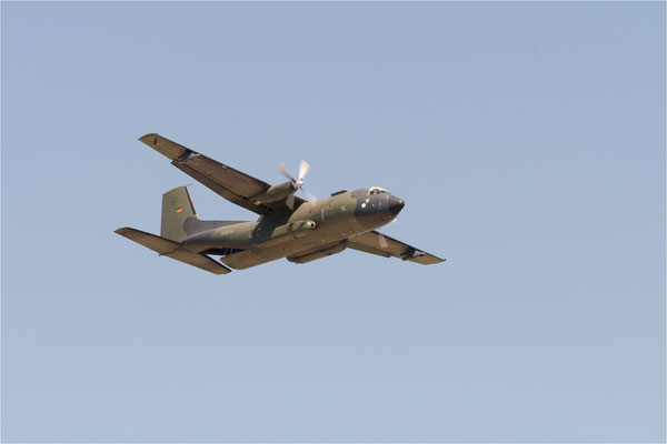Transall Abschiedstour  das Begleitflugzeug kreist während der Verabschiedung über dem Flugplatz