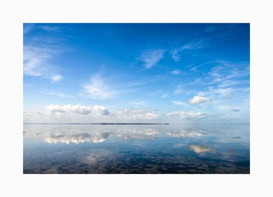 Seespiegel -  Wie ein Spiegel wirkte die Ostsee vor Hiddensee bei einer der seltenen absoluten Windstillen.   Bildgröße: 30 x 45 cm       Bildnummer:   025/ R