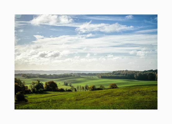 """Hügelland - Einen schönen Anblick bietet das grüne Hügelland bei  """"Sieh dich um"""" .  Bildgröße: 30 x 45 cm       Bildnummer:   001/ N"""