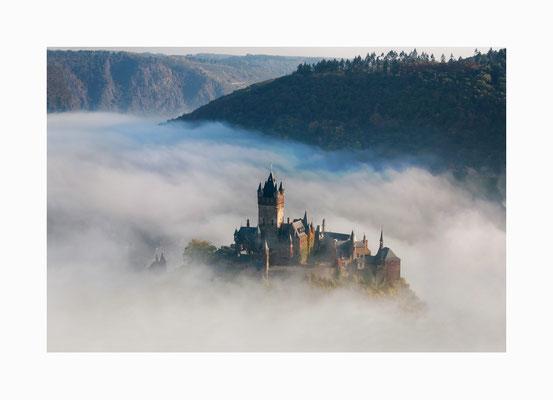 Märchenburg - Wie eine Märchenburg taucht die Reichsburg Cochem  aus dem Nebel des Moseltales auf.  Bildgröße: 30 x 45 cm       Bildnummer:   018/ R