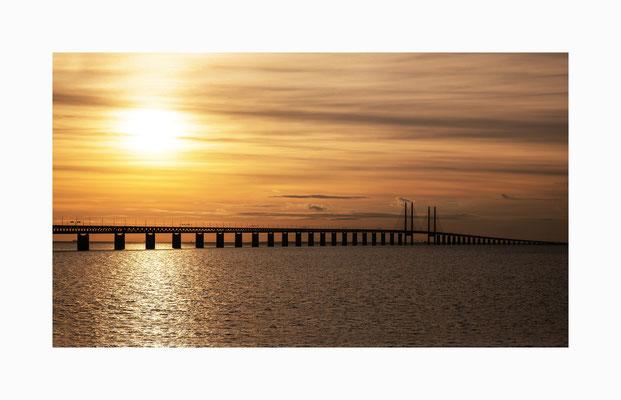 Brückenschlag - Die  fast 8 Kilometer lange Brücke  überbrückt den Öresund  und verbindet Dänemark und Schweden.  Bildgröße: 40 x 70 cm       Bildnummer:   001/ S