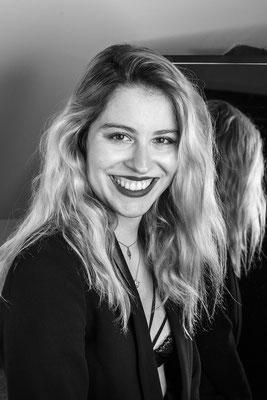 portrait femme noir et blanc black and white sourire smile studio natural naturel belle jolie photographe pays de la loire maine-et-loire 49