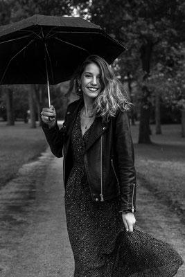 portrait femme noir et blanc sourire smile happy photographe angers pays de la loire loire-atlantique maine et loire  44 49