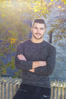 portrait homme garçon man boy soleil lumière light colors extérieur angers sourire smile photographe 44 49 85 pays de la loire