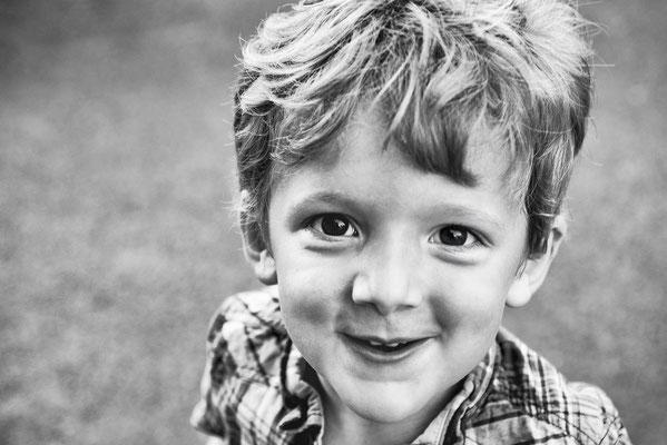 portrait enfant garçon boy noir et blanc black and white photographe 44 49 85 pays de la loire loire-atlantique maine et loire vendée