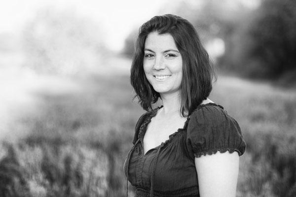 portrait femme fille woman girl noir et blanc black and white smile sourire happy angers photographe 44 49 85 pays de la loire