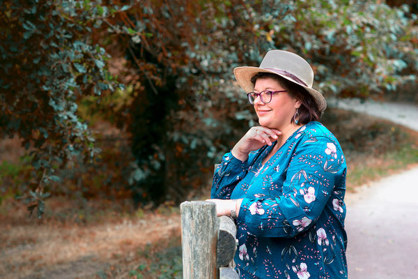 portrait femme couleurs sourire happy smile simple nature natural naturel chapeau hat belle jolie photo thérapie photographe pays de la loire loire-atlantique maine-et-loire vendée nantes la roche sur yon cholet montaigu 44 49 85