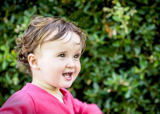 portrait enfant bébé baby sourire smile fille girl happy photographe 44 49 85 pays de la loire loire-atlantique maine et loire vendée