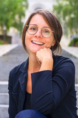 portrait femme d'affaire professionnelle classe colors sourire smile happy photographe angers pays de la loire loire-atlantique maine et loire  44 49