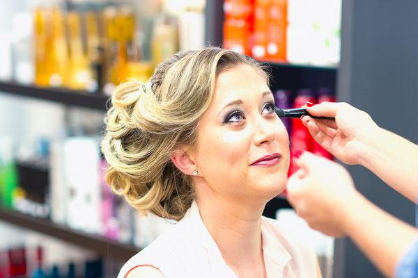 salon Anthony coiffure chignon backstage préparatifs maquillage make-up coiffeuse coiffeur mariage mariée miroir photographe professionnel pays-de-loire loire-atlantique maine-et-loire vendée nantes angers montaigu la-roche-sur-yon saint-nazaire 44 49 85