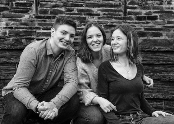 famille cousins cousines angers friends amis frères soeurs sourire happy smile noir et blanc black and white portrait photographe 44 49 85 pays de la loire