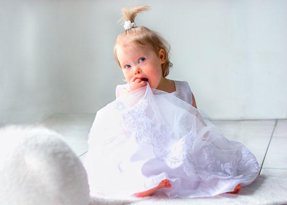 portrait enfant bébé baby sourire smile bapteme fille girl happy trisomie 21 handicap photographe 44 49 85 pays de la loire loire-atlantique maine et loire vendée