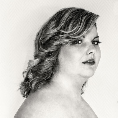 coiffure cheveux hair stylist noir et blanc beauty face portrait backstage making-of préparation coiffeur photographe professionnel pays de la loire vendée loire-atlantique maine et loire angers cholet montaigu nantes 44 49 85