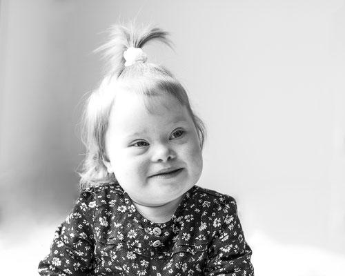 portrait enfant bébé baby sourire smile fille girl happy noir et blanc trisomie 21 handicap photographe 44 49 85 pays de la loire loire-atlantique maine et loire vendée