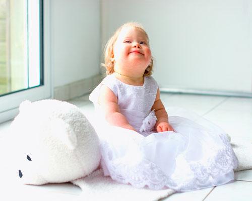 portrait enfant bébé baby sourire smile fille bapteme girl happy trisomie 21 handicap photographe 44 49 85 pays de la loire loire-atlantique maine et loire vendée