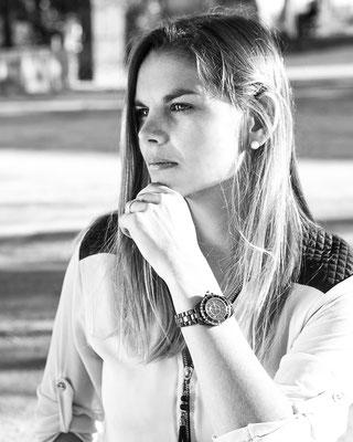 portrait femme fille girl woman blackandwhite noir et blanc montre watch angers photographe 44 49 85 pays de la loire