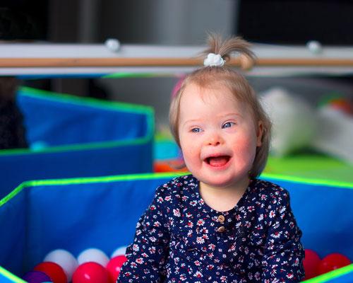 portrait enfant bébé baby sourire smile fille couleurs girl happy trisomie 21 handicap photographe 44 49 85 pays de la loire loire-atlantique maine et loire vendée