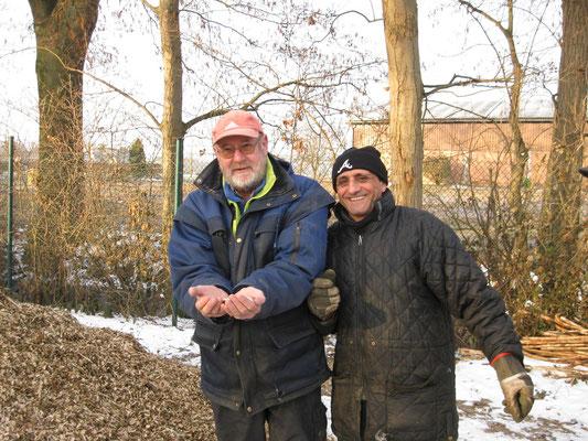 15.03.2013, Der NABU-Pflegetrupp in Aktion: Heino Thier und seine Kollegen liefern 5 m³ Häcksel an, damit werden die Wege des Kräutergarten ca. 10 cm angefüllt.      NABU Grefrath bedankt sich herzlich für die Unterstützung!