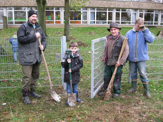 Elterninitiative mit Spaß bei der Arbeit (von links) Marco Gorgs, Arian und Papa Azbi Islami und Karsten Hessler
