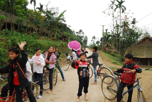 Quand on quitte un village laotien les enfants nous accompagne pour dire aurevoir!