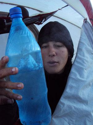 Au réveil les bouteilles d'eau sont prêtes pour un cocktail!