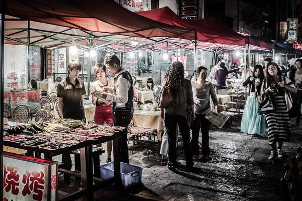 Barbecue marché de nuit à Yangshuo en Chine