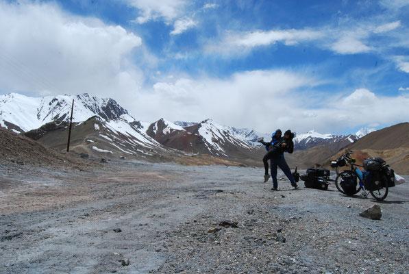 """4'655 mètres! Woooow! we made it :) """"Ak-Baital Pass"""" le col le plus haut que j'ai fait à vélo dans les montagnes du Pamir au Tadjikistan"""