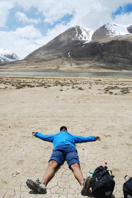Un moment de répit après l'un des nombreux col de la route du Pamir au Tadjikistan