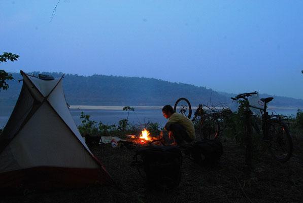 Au bord du Mékong, face au Laos