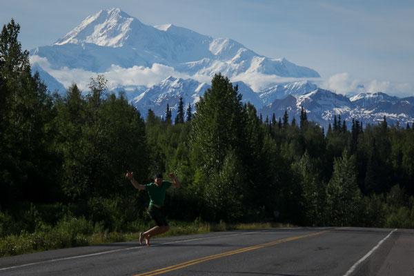 James devant le gigantesque Denali  6'190 mètres (anciennement McKinley)