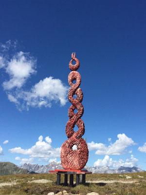 Wolkenstäbe 2015, Symposiumsarbeit,  Zirbenholz 3,6 m hoch, 0,7 m breit, rotgefärbt und angebrannt