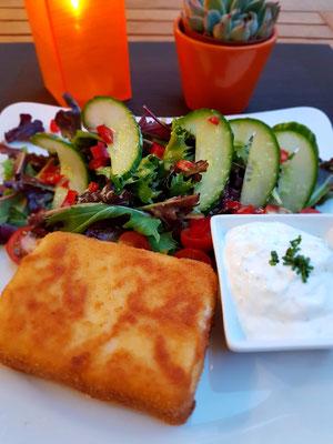 Saganaki - panierter und gebackener Schafskäse mit Tzaziki und Salat