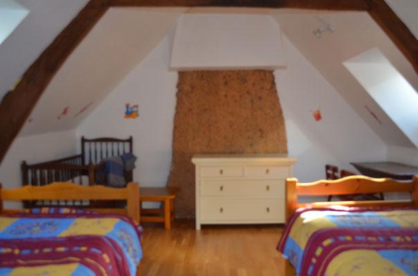 Une autre chambre avec deux lits simples