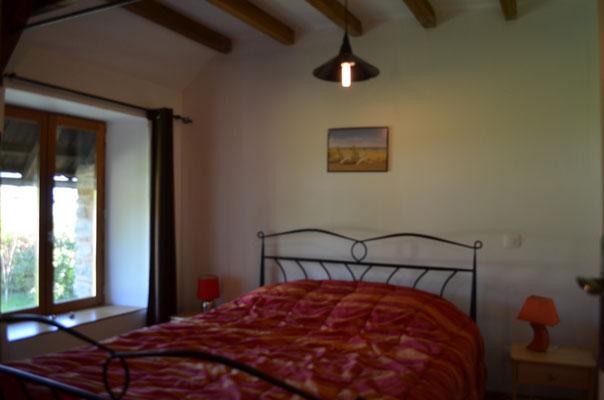 Une autre chambre avec un lit couple