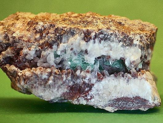 Fluorit zwischen Calcit   > Str. Artenberg / Steinach SchwW