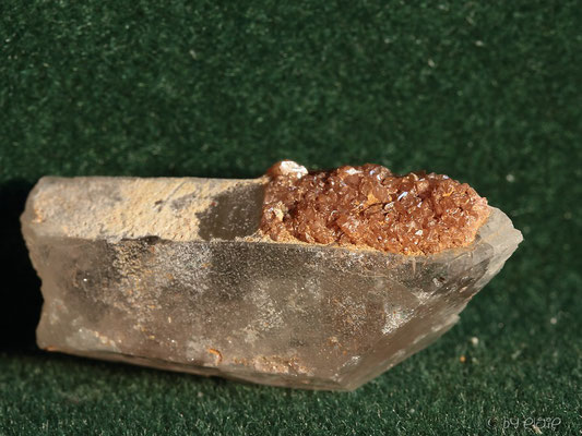 Bergkristall mit aufgewachsenen Sphenen    >Hinteres Hapt