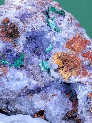 Anglesit, Malachit auf Fluorit