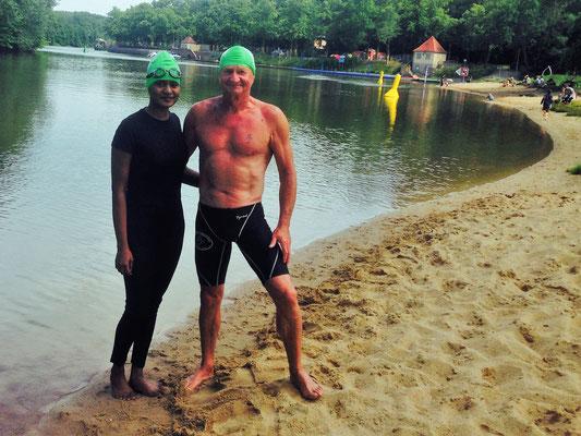 Nilushiya Serveson mit Schwimmlehrer Klaus-Dieter Gerlang  an der Saale