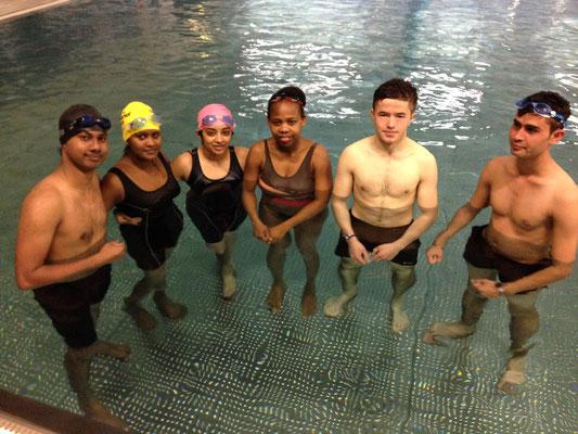 Nilushiya Serveson (2. von links) mit ihrer Schwimmgruppe
