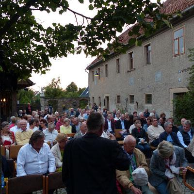Links im weißen Hemd Rolf Sauer, Dresdner Hotelbesitzer und Investor. Im Buch als Jens Rettich bekannt.