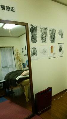 左側施術室:姿勢鏡です。検査・状況確認など行います。