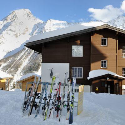 Alpine Village, Skiständer für Skitransport, gegenüber von Haus 6